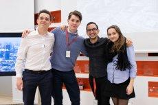 W warszawskiej siedzibie Procter & Gamble odbył się polski finał konkursu P&G CEO Challenge. Na zdjęciu zwycięski zespół: Jan Mysłowski, Bartosz Ćwintal, Saad Mehdaoui oraz Sara Janicka