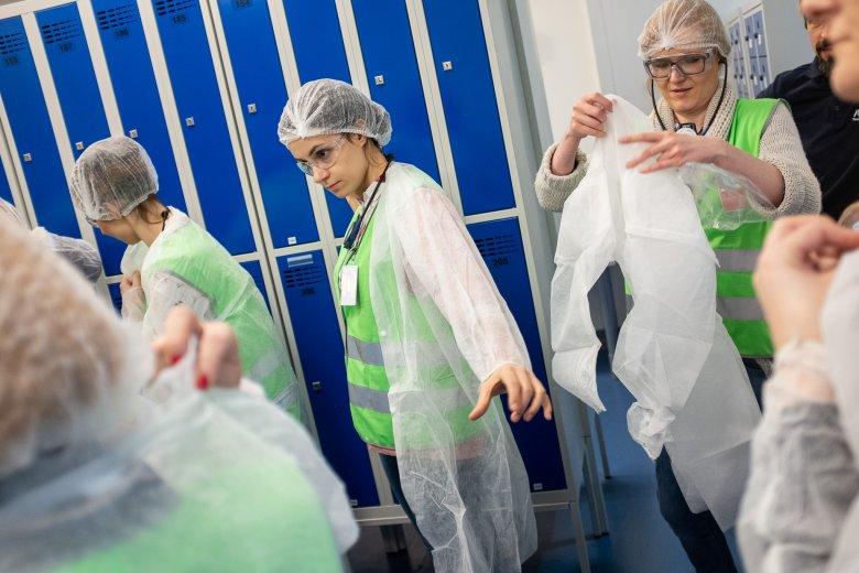 Aby wejść do niektórych części fabryki, trzeba zachować standardy sterylności.