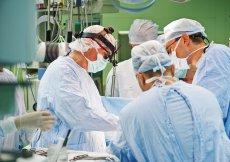 Pacjentowi z nowotworową naroślą na żebrze wszczepiono sztuczny implant, który został wydrukowany technologią 3D przez polską firmę 3DGence.