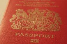 Polacy zajmują się tworzeniem nowych paszportów dla Brytyjczyków. Skarżą się jednak na niegodną pracę i niskie zarobki.
