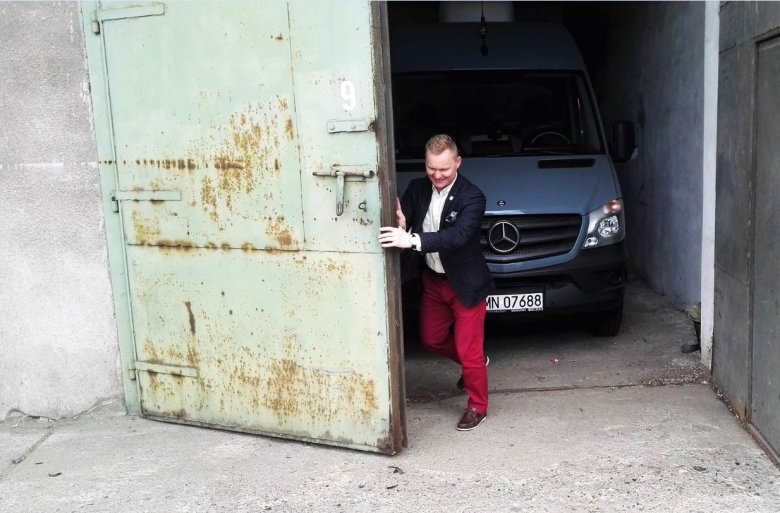 Niepozorny garaż kryje w sobie Mercedesa wartego milion złotych