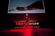 Zoolożka Joanna Bagniewska podczas swojego wystąpienia na TEDxWarsaw w 2013 roku.