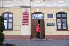 Wiele polskich urzędów w czasie epidemii koronawirusa nie przyjmuje stacjonarnie klientów. Większość spraw poleca załatwiać internetowo.
