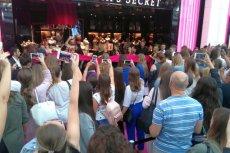 Tłum przed sklepem Victoria's Secret gęstniał z minuty na minutę
