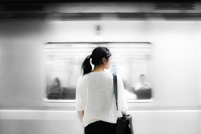 Pędzący pociąg jako symbol uciekającego czasu. Może nawet to Pendolino.
