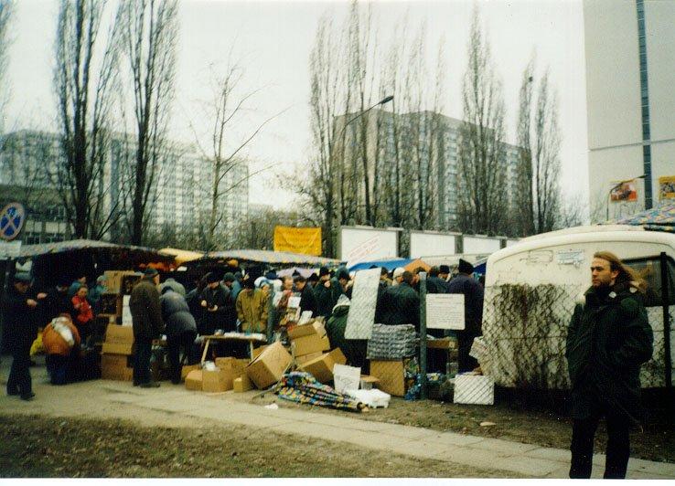 Widok na giełdę komputerową na ulicy Grzybowskiej w Warszawie.