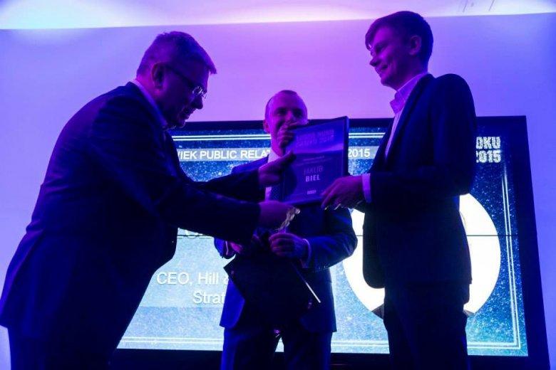 Grzegorz Kiszluk z Briefu wręcza Bielowi nominację do nagrody Człowieka Roku 2015 w kategorii PR.