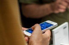Dwaj studenci z Chin zdołali reklamować niemal półtora tysiąca podróbek iPhone'a w amerykańskich serwisach koncernu Apple.