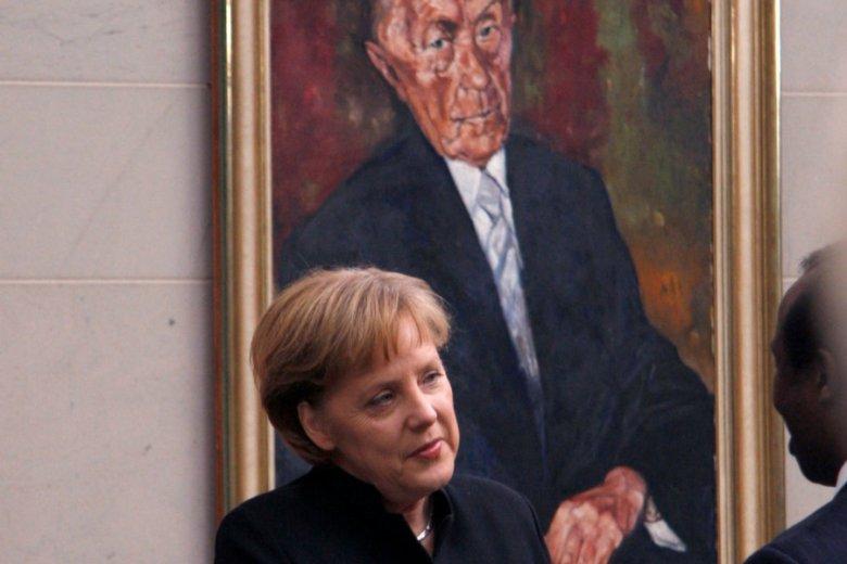 Kanclerz Angela Merkel pod portretem kanclerza Konrada Adenauera.