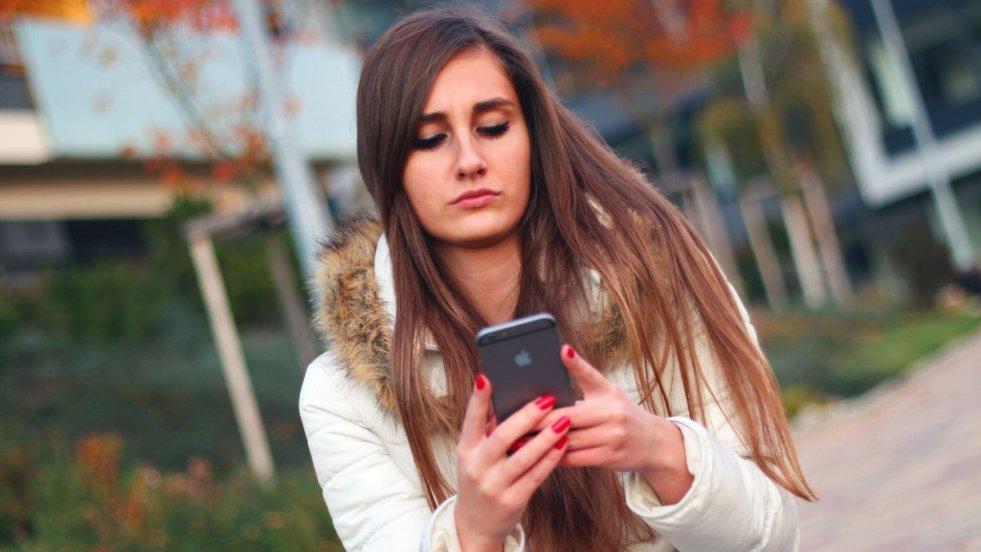 Najnowsze telefony, modne ubrana i zagraniczne wycieczki - aby zapłacić za to wszystko, młodzi ludzie często zaciągają kredyty. Niemal zerowa wiedza o finansach osobistych to jednak nie ich wina.