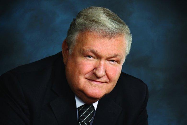 Donal Friese to amerykański przedsiębiorca, który przez dekady rozwijał firmę wytwarzającą produkty dla przemysły szklanego, a gdy ją sprzedał z uzyskanej sumy postanowił wypłacić wysokie nagrody swoim pracownikom