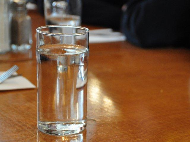 Coca-Cola wprowadza nowy produkt - bezbarwną wersję swojego najsłynniejszego napoju (zdjęcie poglądowe)