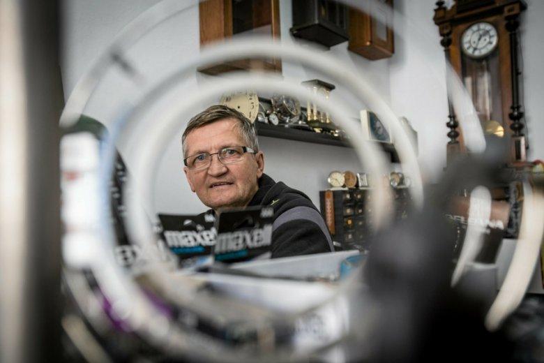 """Zdaniem ekspertów w zawodzie zegarmistrza jest wręcz """"podwójna"""" luka pokoleniowa."""