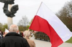 """Kancelaria premiera kupuje 31 tys. biało-czerwonych flag """"made in China"""""""