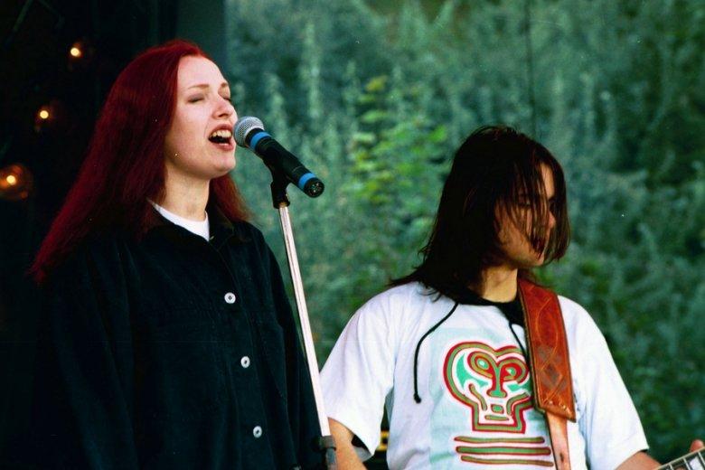 Koncern zespołu Hey w 1993 r. Ciut przyduże, flanelowe, najlepiej kraciaste koszule, dżinsowe kurtki - to ikony kultury grunge i lat 90.