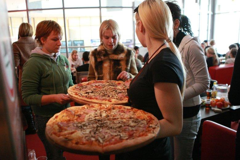 """Pizza z pieca z gazowym palnikiem smakuje gorzej? """"Klienci nie widzą różnicy"""" – przekonują krakowscy restauratorzy."""