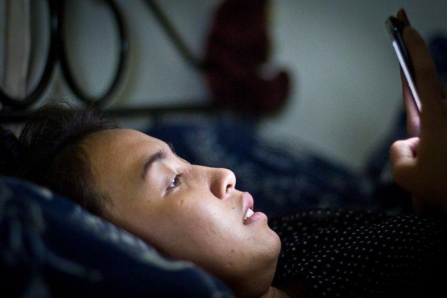 Korzystanie z telefonu to jeden z głównych powodów, przez który źle śpimy, twierdzą eksperci.