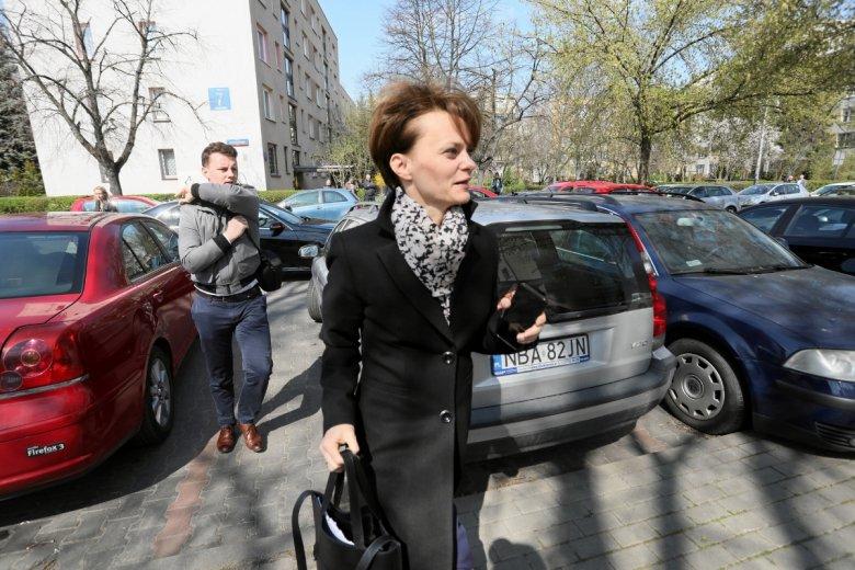 Minister Jadwiga Emilewicz w drodze na spotkanie z protestującymi taksówkarzami.