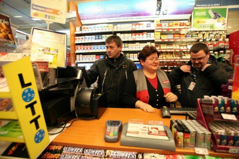 Przedstawiciel handlowy Lotto w jednym z punktów sprzedaży w Gdyni.