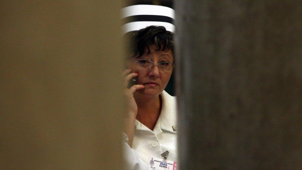 Coraz mniej pielęgniarek decyduje się na wyjazd z Polski. To jednak niekoniecznie oznacza, że ich sytuacja uległa poprawie.