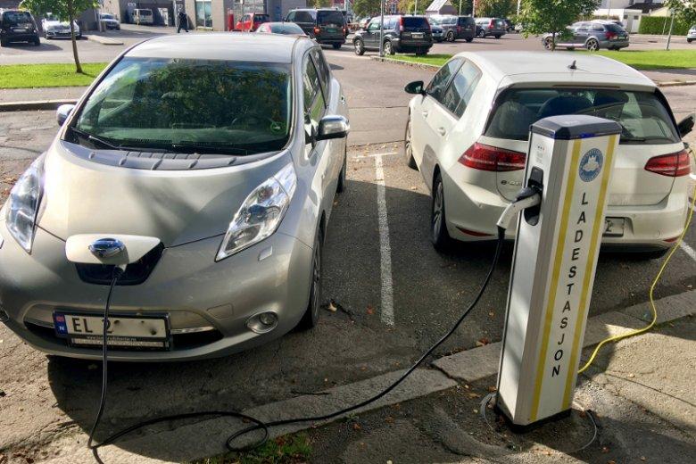 Auta elektryczne na jednej ze stacji ładowania w Norwegii. Koncerny motoryzacyjne deklarują przestawienie się na ich wyłączną produkcję