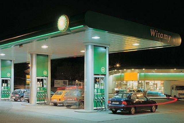 Większość paliwa sprzedawanego w Polsce pochodzi z polskich rafinerii i wszyscy dystrybutorzy się w nich zaopatrują - ale dolewają do nich różne dodatki