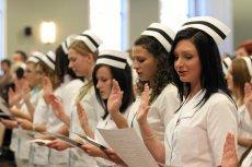 Młodych pielęgniarek przybywa za wolno. Pod koniec 2020 roku aż 44 proc. aktywnych zawodowo pielęgniarek uzyska uprawnienia emerytalne.