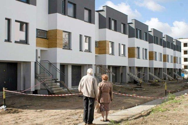 Deweloper Remigiusz Krakowski sprzedawał mieszkania, których nie było w projekcie budowlanym. Pokrzywdzeni nabywcy próbują odzyskać stracone pieniądze.