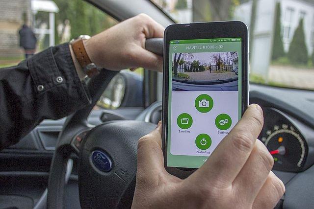 Kamerę Navitel R1000 można łatwo połączyć z telefonem i wykorzystać jego ekran oraz pamięć
