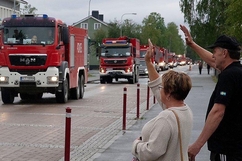 Kiedy polscy strażacy pomagali w gaszeniu fali pożarów w Szwecji, byli tam traktowani jak bohaterowie.