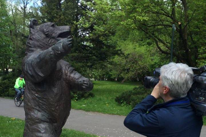 Richard Lucas był zaangażowany w budowę pomnika Niedźwiedzia Wojtka w Krakowie.
