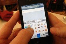 Emotikony stały się popularne między innymi z powodu wprowadzenia ich do klawiatury iPhone'ów w 2011 roku.