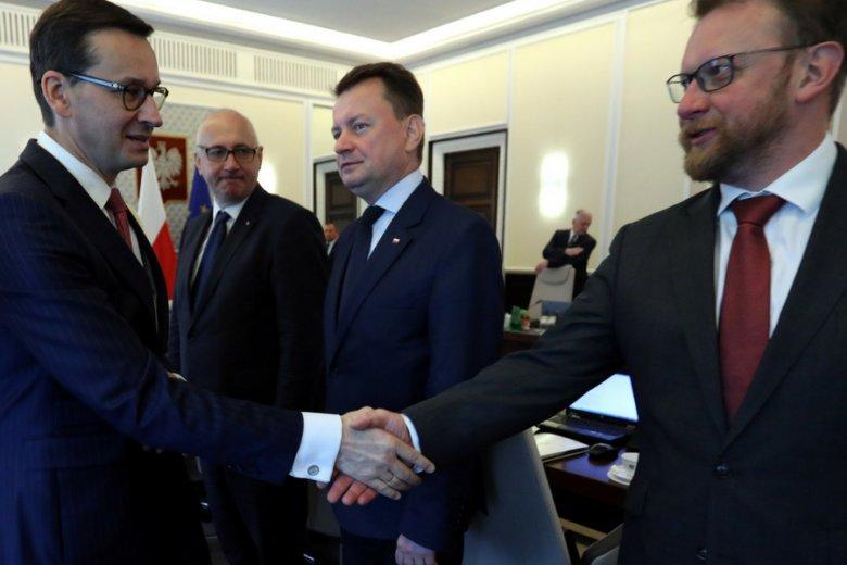 Premier Mateusz Morawiecki i minister zdrowia Łukasz Szumowski (pierwszy z prawej). Rząd przyjął projekt ustawy o świadczeniach opieki zdrowotnej finansowanych ze środków publicznych.
