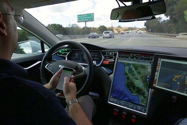 Autonomiczna Tesla podczas testów na autostradzie