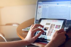 W niektórych sklepach internetowych większość opinii o produktach jest napisana przez opłacone osoby