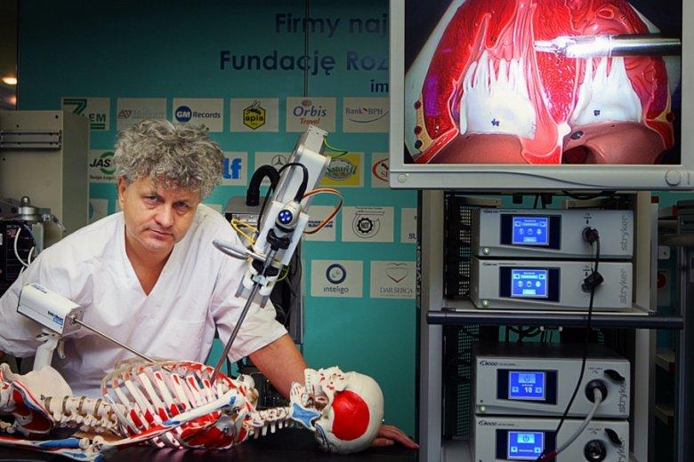 Dr Zbigniew Nawrat przy prototypie Robin Heart PVA
