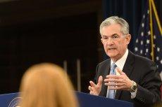 Szef amerykańskiej Rezerwy Federalnej Jerome Powell ogłosił decyzję o obniżeniu stóp procentowych prawie do zera. USA obawia się wpływu koronawirusa na gospodarkę.