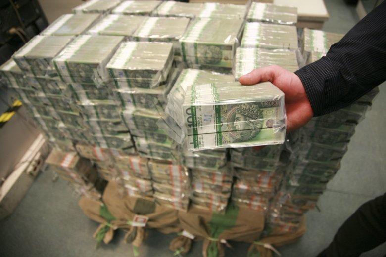 GUS raz na 2 lata szczegółowo określa wysokość średniej krajowej pensji w Polsce.