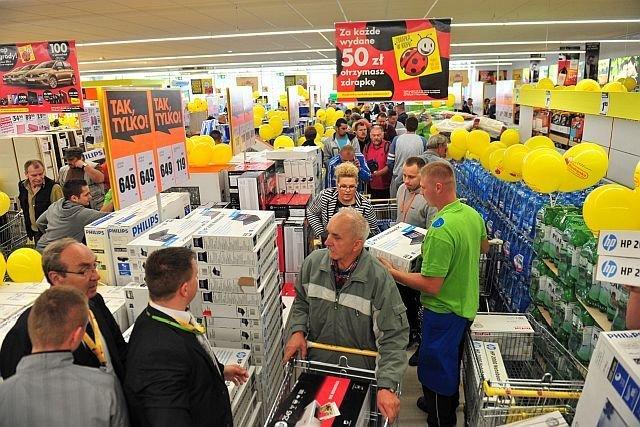 Biedronka zamierza promować swoją nową linię produktów goBio przez zawieszki na produktach oraz foldery i ulotki dostępne w sklepach.