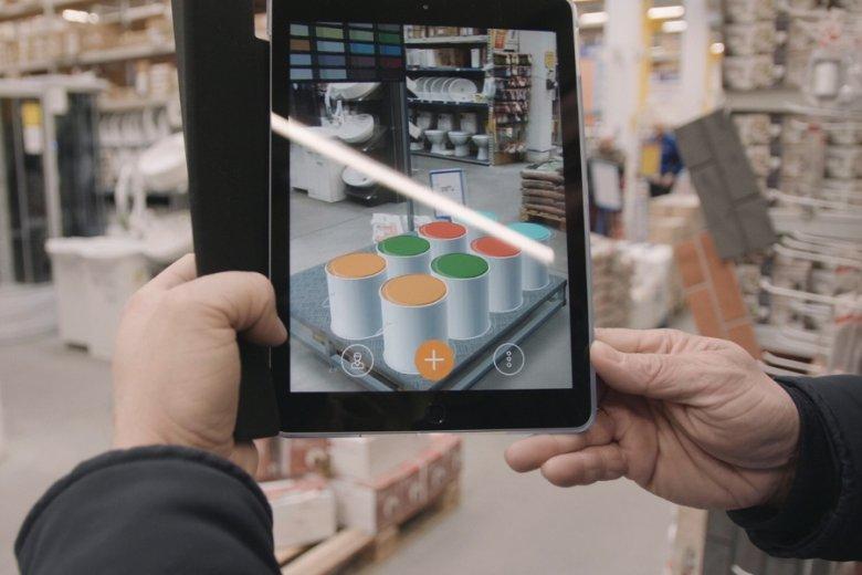 Dzięki rozszerzonej rzeczywistości aplikacja pozwala sprawdzić, jak wyglądałyby meble sklepowe w dowolnym miejscu obiektu.