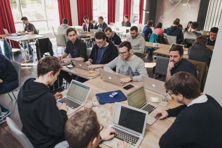 Firma organizuje często wewnętrzne hackathony.