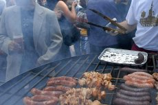 Koniec kiełbasy z grilla, na masowych imprezach zaczynają rządzić food trucki