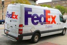 Po tygodniu czekania, w Gdańsku (skąd wysłał paczkę) wsiadł w samochód, odebrał paczkę z przesyłkę FedEx w Bydgoszczy i przewiózł siedem kilometrów dalej do odbiorcy.
