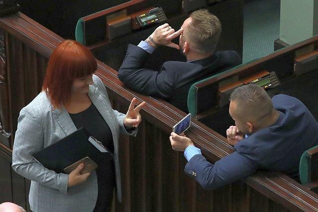 Przedstawicielka antyszczepionkowców, Justyna Socha, przybiła sobie piątkę z posłem Liroyem i pozowała do zdjęć na sali sejmowej