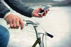 W jaki sposób poradzić sobie z osobami, które nie odrywają wzroku od ekranu swojego telefonu nawet w momencie, w którym zbliżają się do jezdni? Na przykład tak, jak we wsi Zalasewo w gminie Swarzędz koło Poznania