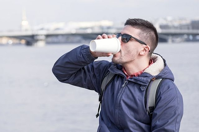 Brytyjscy parlamentarzyści planują wprowadzenie 25-pensowej opłaty za jednorazowe kubki, których najczęściej używa się do kawy na wynos.
