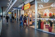 W niedziele objęte zakazem handlu pracownicy szopi.pl dostarczą swoim klientom zakupy zrobione w sklepach sieci Biedronka zlokalizowanych na dworcach.