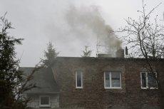 Krakowianin, który nielegalnie palił w piecu węglem, na widok strażników miejskich próbował uciec z domu przez okno.