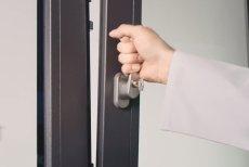 Jak zabezpieczyć okno, aby uniknąć domowych wypadków? Dowiemy się tego z najnowszego cyklu filmowego OKNOPLAST LAB