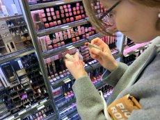 Polacy najchętniej kupują kosmetyki w sklepach, w których są liczne promocje